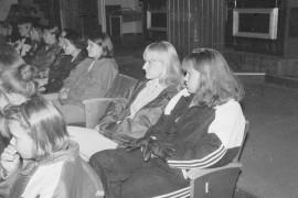Elokuva Clueless houkutteli Laitilan Kinoon liki sata nuorta. Noora Lohisto ja Marika Kylä-Kaila löysivät paikkansa takarivistä. Laitilan Sanomat 22.5.1996