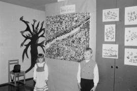 Päiväkodissa järjestettiin taidenäyttely. Veera Rekola ja Ville-Valtteri Rintala toimivat tekstiilitaideteoksen airueina. Laitilan Sanomat 15.5.1996