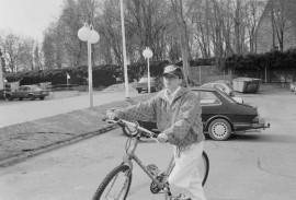 Taru Rinkelo kulkee työmatkansa pyörällä ympäri vuoden. Matkaa hänelle kertyy neljä kilometriä edestakaisin. Laitilan Sanomat 3.5.1996