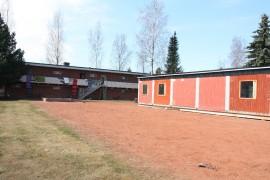 Turun vastaanottokeskuksen Laitilan yksikön pihalle on tuotu kontti, johon remontoidaan yhdessä asukkaiden kanssa uutta oleskelu- ja opiskelutilaa. Kuva: Hanna Hyttinen
