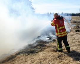 Maastopalo saa usein alkunsa roskien poltosta. Kuiva maasto ja kova tuuli levittävät paloa nopeasti. Arkistokuva: Jari Laurikko