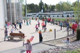 Kaikenlaiset pallot lentelivät ilmassa, kun Laitilan Kappelimäen koulu osallistui Miljoni kopei -kampanjaan. Kuva: Hanna Hyttinen