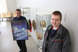 Palke 7:n Tähtikahviossa on esillä taidenäyttely, jossa on Reijo Elon kokoamia palapelejä sekä Jon Kauppilan maalamia ikoneita. Kuva: Hanna Hyttinen