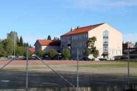 Varppeen koulukeskuksessa ovat yläkoulu ja lukio, urheilukentän toiselta laidalta puolestaan löytyy Kappelimäen alakoulu.
