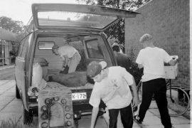 Ville Grönberg (auton sisäosassa), Sauli Varjonen, Ville Suominen ja Velli Heliniemi pakkaavat Eräsissien pakettiautoon muun muassa telttoja kymmenen päivän Loisto-leiriä varten. Laitilan Sanomat 17.7.1996