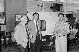 KK-Autoteam solmi sopimuksen Volkswagenin, Seatin ja Audin merkkihuolloista. Sopimusta olivat tekemässä VV-Auto Oy:n kenttäpäällikkö Osmo Saarinen ja jälkimarkkinoinnin johtaja Jarmo Toivonen sekä KK-Autoteamin Kyösti Kuronen. Laitilan Sanomat 26.7.1996
