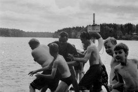 Kalevan leirin ohjaaja Ilkka Soinu yritettiin joukolla heittää veteen, mutta monet yrittäjistä kastuivat itse. Laitilan Sanomat 17.7.1996