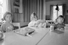 Kesäkuussa vuonna 1996 todettiin kesän koittaneen, kun ohjattu leikkikenttätoiminta oli alkanut. Päivän kohokohdan kerrottiin olevan eväiden syöminen, ja Sonja, Katariina sekä Jennalotta olivatkin viettämässä mehuhetkeä Laineen talolla.