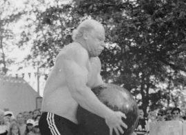 Parhaiten Pyhäranta-päivän yleisön kokosivat yhteen lauantai-iltana esiintyneet voimamiehet. Kuvassa Ilkka Nummisto nosteli 140 kilon kivikuulaa näytöstyyliin. Laitilan Sanomat 3.7.1996