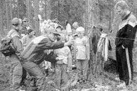 Keskuussa 1996 kirmailtiin Jyskeen järjestämässä Kukko-suunnistuksessa. Alle 8-vuotiaiden sarjassa lähtövuorossa Paako Heikkilä ja Antti Vainio, joita matkaan on lähettämässä toimitsija Tapio Tolvanen (vas). Vieressä kannustaa Asko Vainio.