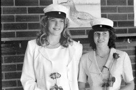 Laitilan lukion ylioppilaat vuosimallia 1996, Elina Ojanen ja Jonna Rantanen. Laitilan Sanomien haastattelussa kumpikin toivoi pääsevänsä opiskelemaan kemian laborantiksi.