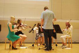 Opettaja Jaakko Mattelmäki ohjasi jousiorkesterin esitystä. Kuva: Jasmiina Haarala