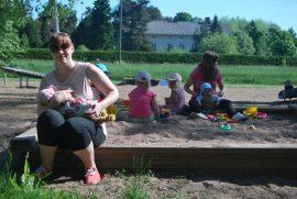 Susanna Jalonen on tyytyväinen, kun lapsille riittää leikkiseuraa. Kuva: Jasmiina Haarala