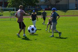 Pelivälineenä Kontpall Kupissa oli tavallista huomattavasti suurempi pallo, jonka perässä juokseminen herautti helteessä pelaajilta aimo hiet. Kuva: Juhani Marttala