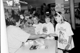 Piritta Johansson sai uudet atk-kirjastokorttinsa, toiset saivat vielä jonottaa. Laitilan Sanomat 30.8.1996