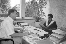 Sivistystoimenjohtaja Matti Nurminen ja Koveron koulun johtaja Liisa Mäkinen keskustelivat lukuvuoden alkuun liittyvistä asioista koulun alkamisen kynnyksellä. Laitilan Sanomat 9.8.1996
