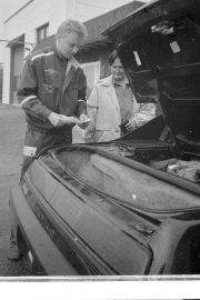 Helka Heinonen ehätti ensimmäisten joukossa näyttämään autoaan Vakka-Suomen Autokatsastukseen. Toimitusjohtaja Mika Raitio totesi kaiken olevan kunnossa. Laitilan Sanomat 13.9.1996