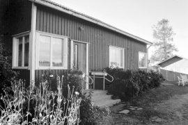 Uudet ikkunat pitävät kylmän loitolla. Marja ja Erkka Vuorion talo sai uuden ilmeen viime syksynä. Laitilan Sanomat 13.9.1996