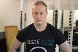 Jerry Aittakari treenaa kolmasti viikossa urheilutalon punttisalilla. Kuva: Juhani Marttala