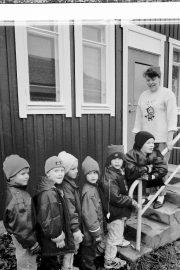 Lahja Saarela on kilkuttanut vanhaa kelloa välitunnin päättymisen merkiksi ja Untamalan esiopetusryhmä odottaa uuden tunnin alkamista. Laitilan Sanomat 6.11.1996