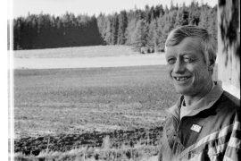 Tapio Kuusisto ihailemassa näkymää, joka vuosikymmenien saatossa on tullut tutuksi, sillä hän on syntynyt ja kasvanut koko ikänsä näissä maisemissa. Laitilan Sanomat 15.11.1996