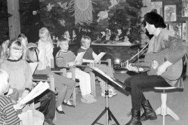 Trubaduuri Kari Penttinen laulatti lapsia. Laitilan Sanomat 20.11.1996