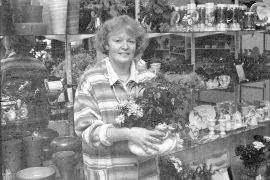 Kukkiin voi yhdistää keramiikkaa tavalla, joka tekee kokonaisuudesta hauskan. Ulla Vainio esittelee purkista kurkkivia keramiikkasammakoita. Laitilan Sanomt 22.11.1996