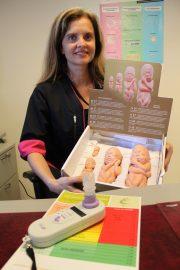 Laitilan äitiysneuvolan terveydenhoitaja Monica Mäenpää muistuttaa odottavan äidin tupakoinnin olevan uhka sikiön terveydelle. Pöydällä on mittari, jolla voidaan mitata äidin ja sikiön häkäpitoisuus.