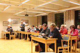 Pyhärannan valtuusto kokoontui maanantaina. Kuvassa puhuu Kari Ranta.