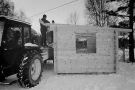 Kaariaisten Kipinät rakensi luistelijoille uuden pukukopin talkoovoimin. Rakennus valmistettiin 45 millin kevythirrestä. Laitilan Sanomat 20.12.1996