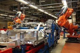 Autotehtaalle tarvitaan koko ajan uutta henkilöstöä, vaikka tehtaalla on myös paljon robotteja. Valtaosa roboteista on käytössä autotehtaan hitsaamossa. Kuva: Valmet Automotive.