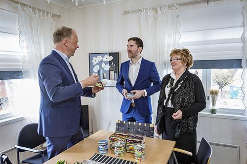Fazerin konserninjohtaja Christoph Vitzthum (vas.) uskoo Biofermen tuotteisiin. Tuotteiden kehittämisestä päävastuun on kantanut Merja Scharlin, jonka poika Niko Scharlin jatkaa omistajavaihdoksen jälkeenkin Biofermen johdossa. Arkistokuva Timo Jakonen, TS.
